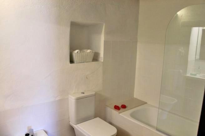 Dusche Direkt Neben Badewanne : Neben dem Schlafzimmer befindet sich das Bad mit Badewanne, Dusche, WC